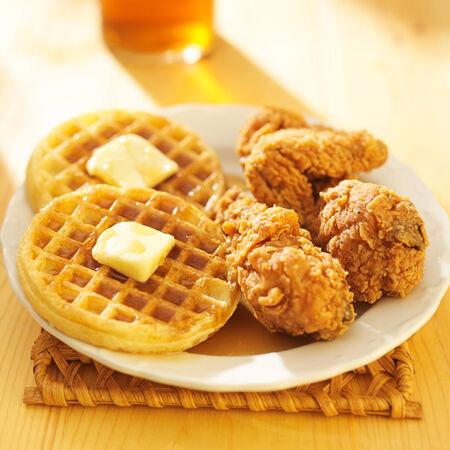 pollo frito: pollo frito y gofres comida Foto de archivo