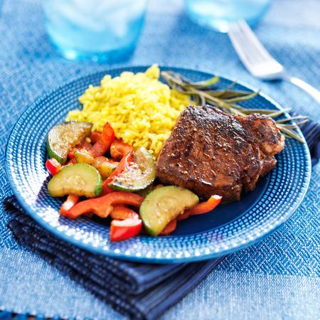 colorido cena de carne casera con verduras