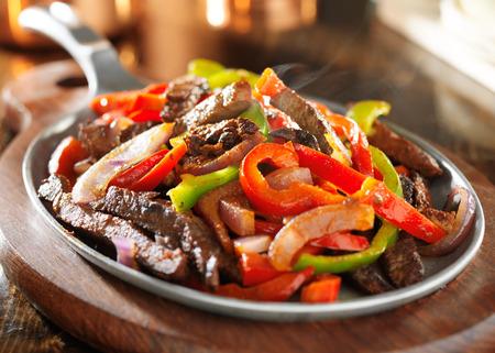 comida: fumegante carne fajitas mexicano quente