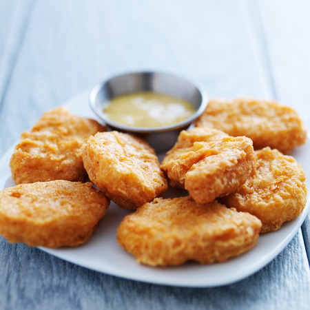 chicken nuggets with honey mustard in natural light 스톡 콘텐츠