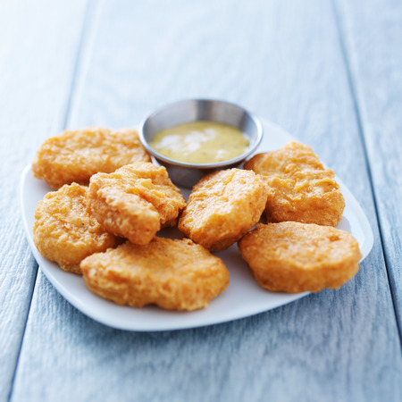 chicken nuggets with honey mustard in natural light Foto de archivo