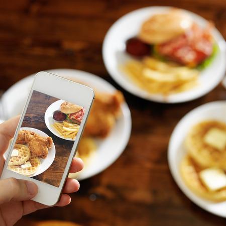nemen van foto's van voedsel met smartphone Stockfoto