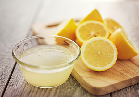 freshly squeezed lemon juice in small bowl 스톡 콘텐츠