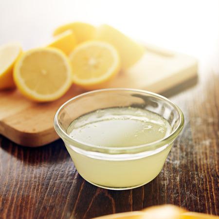 jus de citron: de jus de citron fra�chement press� dans un petit bol