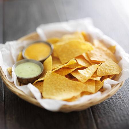 corn tortillas: mexicanos chips de tortilla de ma�z con salsa de jalape�o y mayonesa chipotle mojar