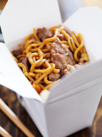 out of the box: manzo lo mein nella estrarre scatola