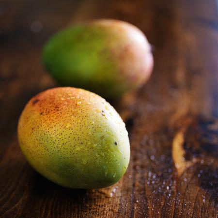 セレクティブ フォーカスで撮影した 2 つのマンゴー 写真素材