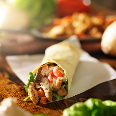 sandwich de pollo: pollo con en tortilla con pimientos rojos
