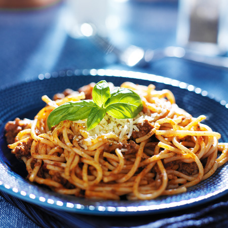 heerlijke spaghetti in bolognese saus met basilicum garnering Stockfoto