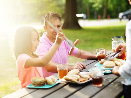 vader en dochter samen eten bij een barbecue cookout