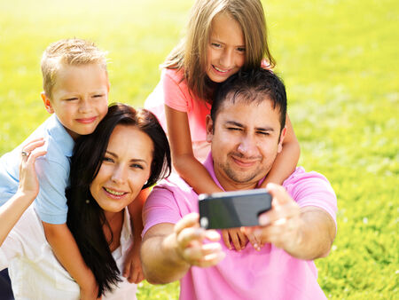 father taking selfie with family Banque d'images