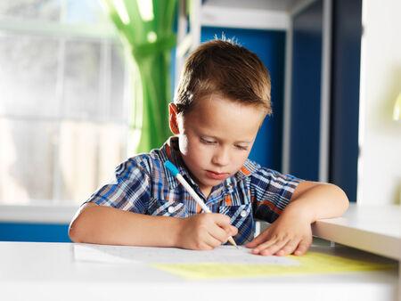 귀여운 어린 소년 학습 알파벳