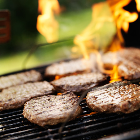 炭火焼きで焼くハンバーガー