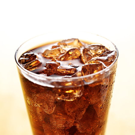 carbonation: helada de la cola en vaso de vidrio