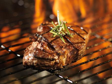biefstuk met vlammen op de grill met rozemarijn