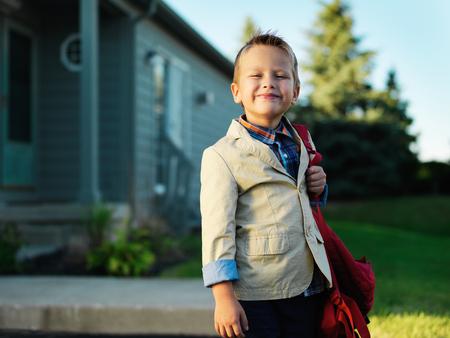 学校に行くを待っている小さな男の子の肖像画