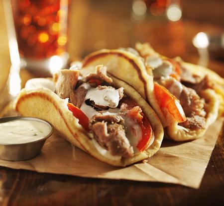 pinchos morunos: gyros griegos con salsa tzatziki y patatas