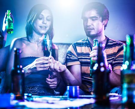 twee tieners bij partij passeren marihuana joint Stockfoto