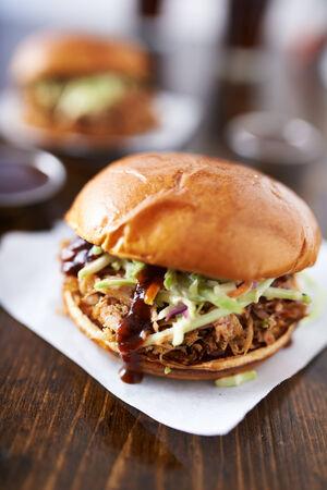 cole: barbecue tirato sandwich di maiale con insalata di cavolo sul tavolo di legno