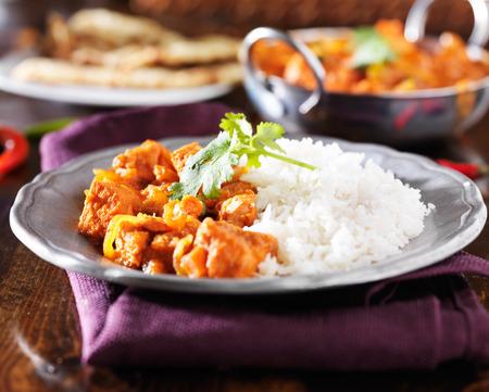 продукты питания: Индийская курица Vindaloo карри с рисом басмати на табличке