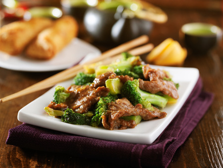 chinese beef and broccoli  stir fry with sides Imagens