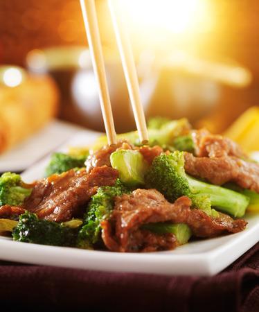 Comer chino de carne y brócoli salteado Foto de archivo - 32384789