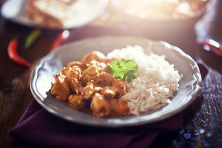 plato de comida: imagen de tonos de pollo al curry indio con arroz basmati Foto de archivo