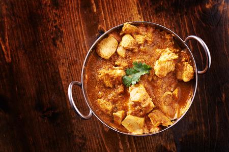 인도 버터 치킨 커리와 batli 접시의 오버 헤드 사진