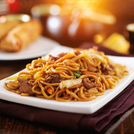 chinese beef lo mein with orange lens flare Standard-Bild