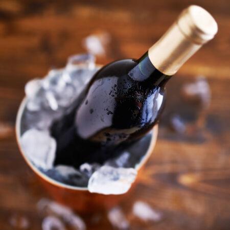 fles wijn in ijsemmer