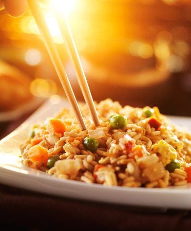 arroz chino: comer verduras arroz frito chino con los palillos