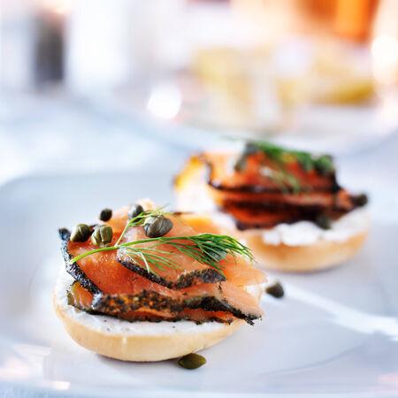 salmon ahumado: bagel con salmón, queso crema, eneldo y alcaparras