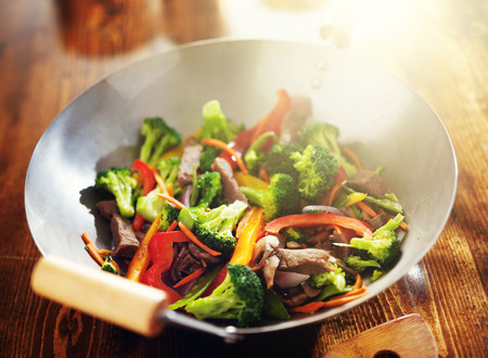 chinese stir fry in wok with beef and vegetables Imagens