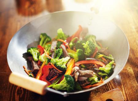verduras verdes: salteado chino en wok con carne y verduras Foto de archivo