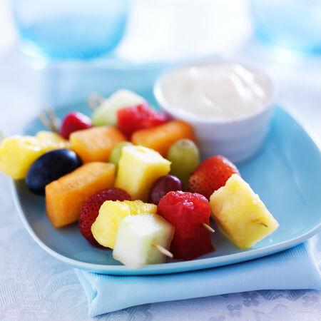 brochetas de frutas: niños comida - brochetas brochetas de frutas con salsa de yogur
