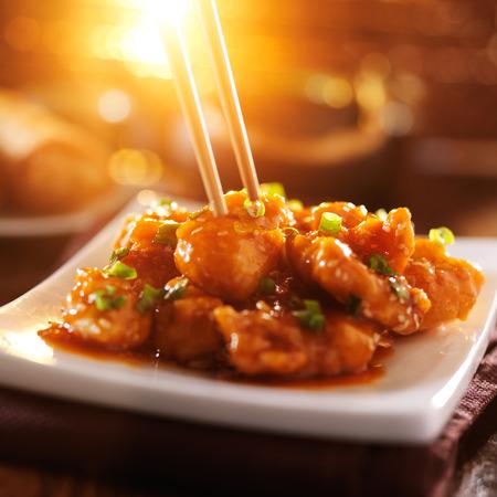 お箸で中国こまチキンを食べてください。