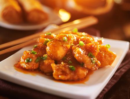 plato de comida: plato de pollo al s�samo chino lleve a cabo