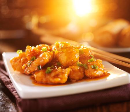 レンズ フレアとカラフルな中国ごまチキン料理