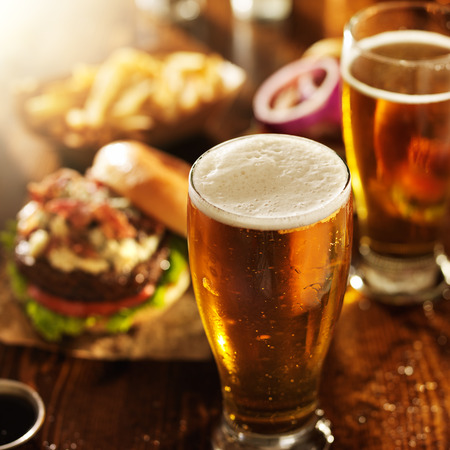 aliment: la bière et des hamburgers sur table en bois