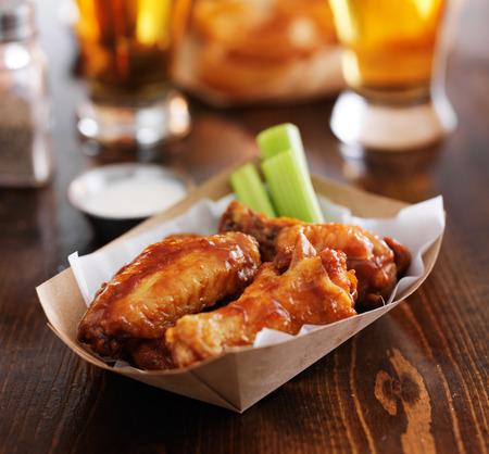 목장 소스와 셀러리 뜨거운 바베큐 닭 날개를 버팔로 스톡 콘텐츠