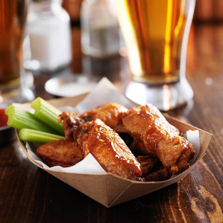 alitas de pollo: alas de pollo búfalo en cesta con apio y rancho