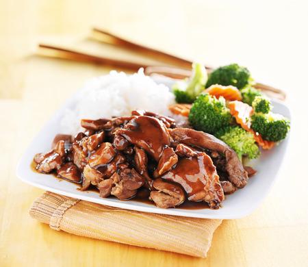 pollo teriyaki japonés con arroz y verduras