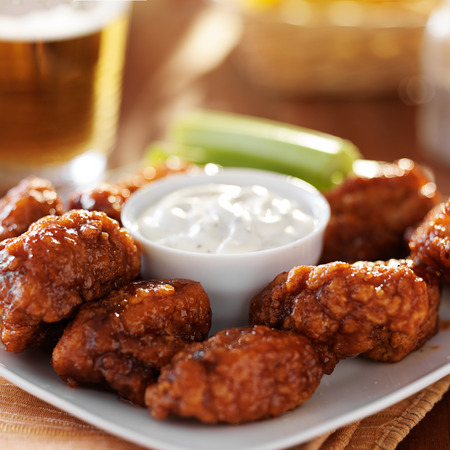 boneless buffalo bbq chicken wngs with ranch sauce and beer Archivio Fotografico