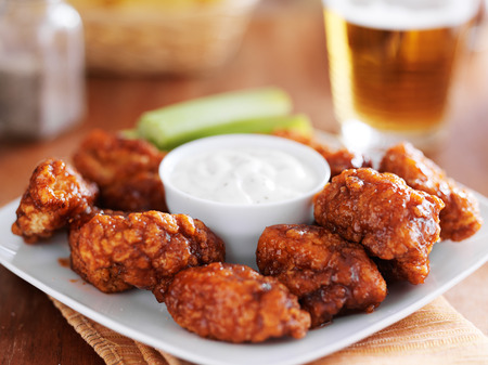 Been buffalo bbq chicken wngs met ranch saus en bier Stockfoto - 33018862