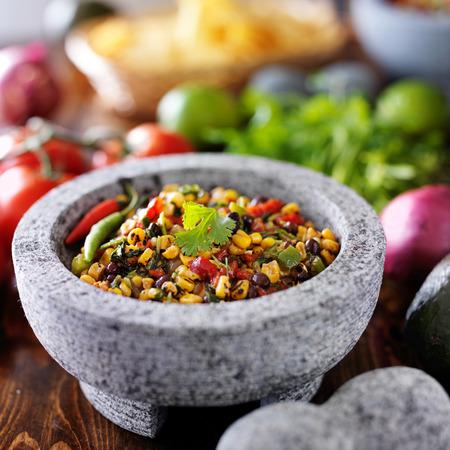 bailar salsa: ma�z asado fuego y salsa de frijol negro en molcajete de piedra