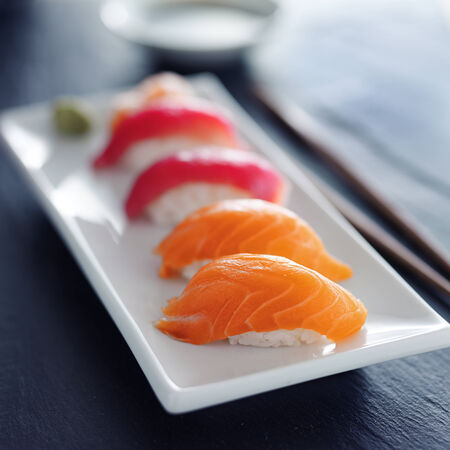 하얀 접시에 일본어 연어와 참치 초밥