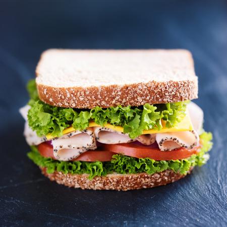 スレートの表面にデリ肉七面鳥のサンドイッチ