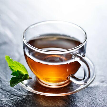 ミントを飾ると熱いお茶のガラス 写真素材