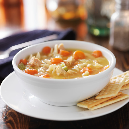 sopa de pollo: plato caliente de sopa de pollo con fideos