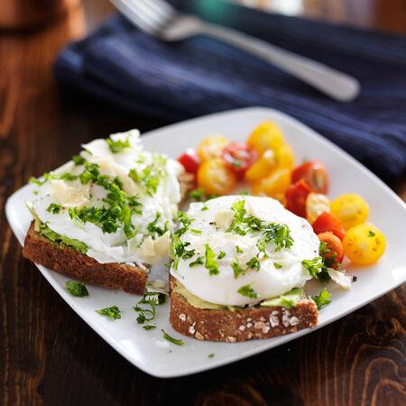 comidas saludables: desayuno con tostadas y huevos escalfados en la parte superior de aguacate Foto de archivo